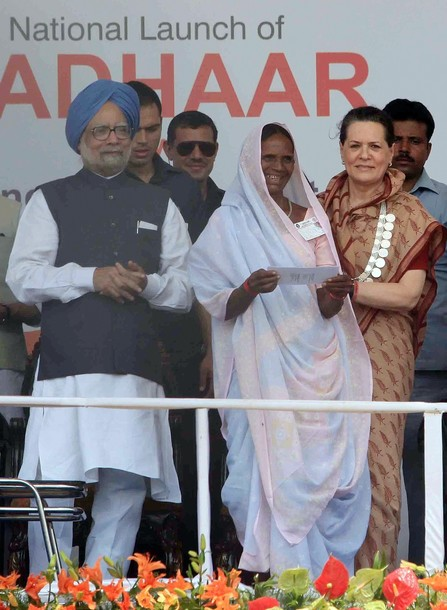 India's Prime Minister Manmohan Singh (L
